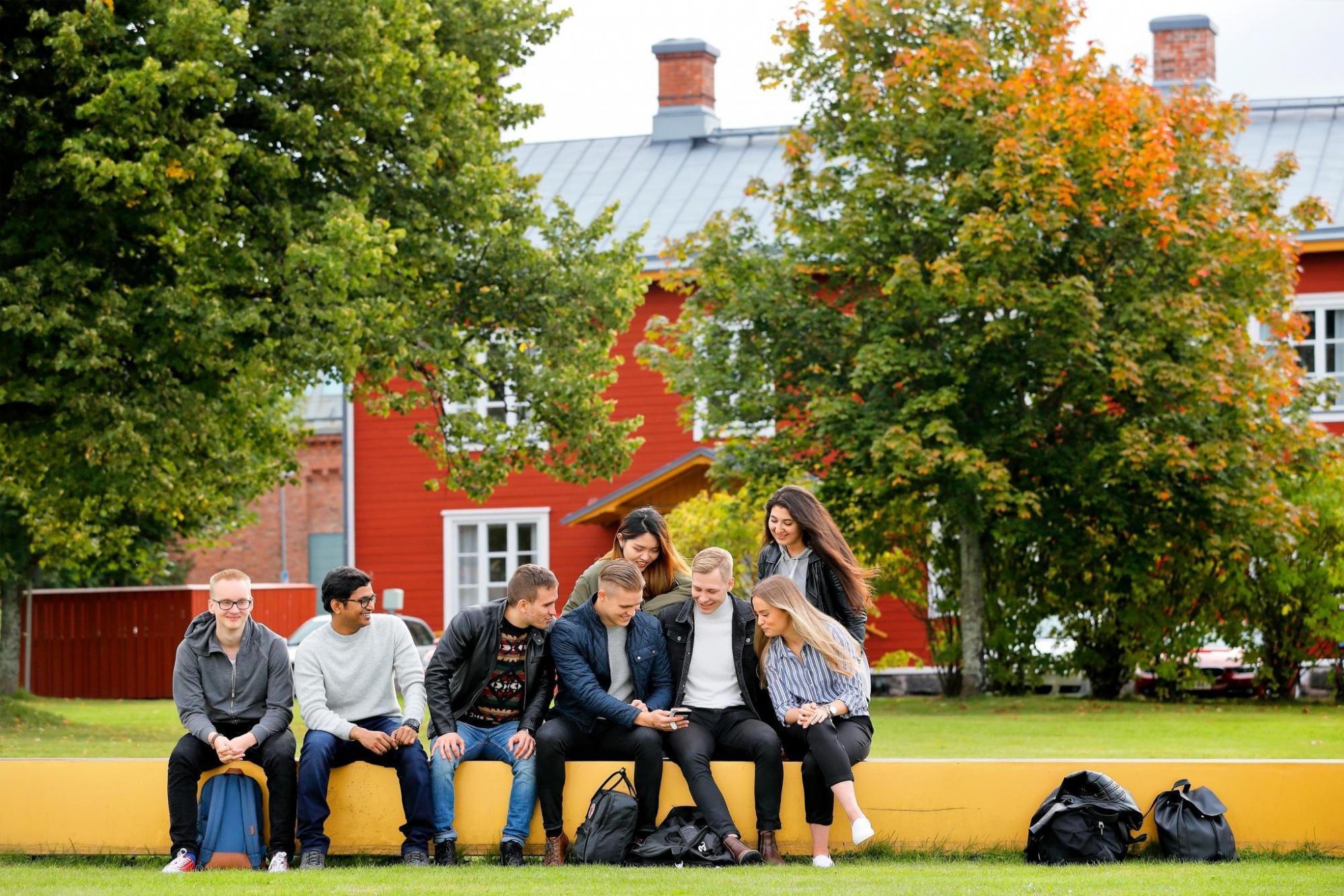 Opiskelijoita kampuksella