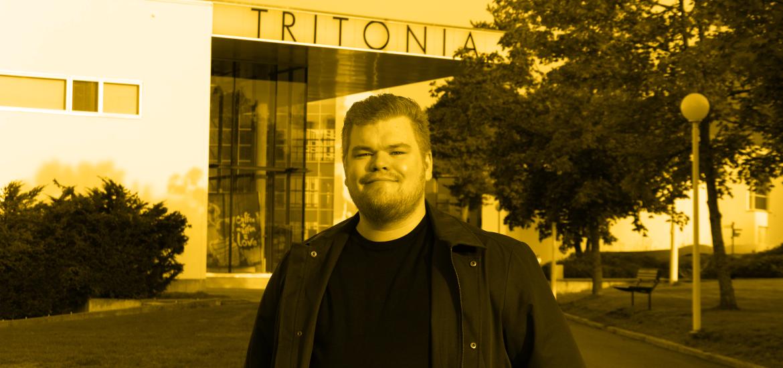 Häirintäyhdyshenkilö Lauri Tuohiniemi syksyisen kampuksen edessä.
