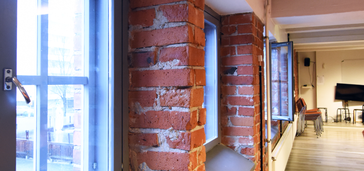 The brick wall of the Leipätehdas' rental premises, the windows of which overlook the building's courtyard.