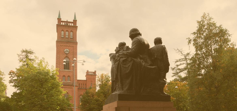 Topelius-patsas Vaasan kirkon edustalla